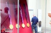 北京时间2012年8月10日,大英博物馆举行的 伦敦奥运会、残奥会金牌制作,金牌事物展,引来参观者驻...