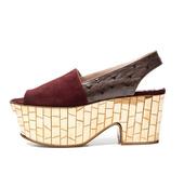 夸张的大粗跟上镶满华丽的金属片制造出blingbling的效果,Rochas2012春夏女鞋仿佛将人...