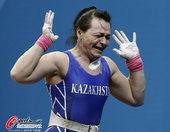 高清图:哈萨克斯坦选手女举折桂 激动难忍泪水