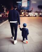 早前靳东在微博晒出儿子的照片,虽无正脸照,但能看出小宝贝长大了一定和粑粑一样很man很帅!