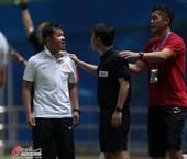 高清:朱炯不满判罚怒斥裁判 王迪将其逐出球场
