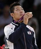 高清图:韩国金宰范男柔夺金 手持奖牌似在祷告