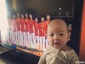 高清:张梓琳带女儿看女排夺冠 调侃将来练排球