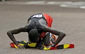 高清:男子马拉松乌干达夺冠 冠军深情亲吻国旗