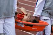 高清图:吴曦封堵射门受伤下场 鼻梁遭猛烈撞击