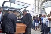 组图:穆帅携儿女出席父亲葬礼 抬棺送最后一程