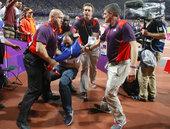 当地时间2012年8月5日,在伦敦奥运百米飞人大战发令枪鸣响之前,竟然有一个醉汉朝着起点方向扔了一个...