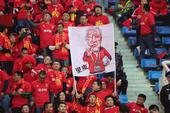 高清:国足球迷看台集结助威 摇旗呐喊横幅亮眼