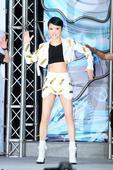 张韶涵在西门町举办签唱会,化身动感机器女神,大露蛇腰秀性感,让原本来飘着小雨天空顿时缓和。她直呼很幸...