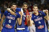 高清:法国男篮获铜牌颁奖 巴图姆携队友摆萌姿