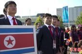 当地时间7月25日,伦敦奥运会朝鲜体育代表团在奥运村举行升旗仪式,主办方用戏剧表演的形式欢迎代表团进...