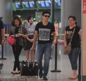搜狐娱乐讯 吴奇隆现身机场。吴奇隆戴着黑色墨镜自己拉着行李箱现身机场,期间一位大龄女粉丝给偶像送了一...