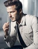 近日,贝克汉姆为某品牌拍摄一组广告大片,西服,白衬衫,hot小内裤,无论如何穿搭,小贝性感依旧不减当...