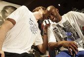 2012年7月24日美国男篮与西班牙男篮的队员共同参加广告活动,加索尔与科比活动现场有说有笑。