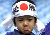 高清图:卖萌还看日本 超低龄小粉丝力助男女足