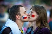 高清:球场内外充满暖意 欧洲杯让我又相信爱情