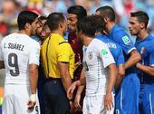 高清图:意大利负乌拉圭 布冯率领众将围攻裁判