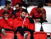 高清图:八支球队遗憾出局 球迷抱头落泪惹人怜