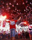 高清图:波兰球迷手持烟火 大闹街头遭警方逮捕