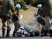 高清:日本举行应对动物逃脱演习 人扮斑马被制服