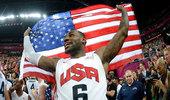 高清图:美国男篮奥运夺冠 詹姆斯兴奋高举国旗