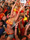 高清:西班牙裸女球迷狂欢庆祝 意大利球迷黯然