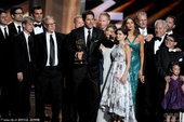 图文:喜剧类最佳剧集:《摩登家庭》主创领奖。