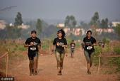 组图:印度举办障碍跑比赛 选手披荆斩棘秀技能