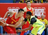 高清图:男篮热身赛惨败巴西 翟晓川对抗巴博萨