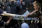 高清图:里约抗议者行为激烈 烧工作服五环旗