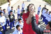 2013年10月17日,济南中学生进行逃生训练。当日,山东师范大学附属中学的学生在济南社会实践基地参...