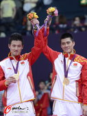 高清图:蔡赟傅海峰收获金牌 手举国旗笑容灿烂