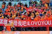 高清:鲁能球迷看台求婚遇尴尬 LOVE竟写成LOVO