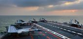 据中国军网英文版发布的最新图片显示,中国海军辽宁舰在海上使用歼-15战斗机进行飞行训练。