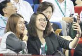 高清:吴敏霞惠若琪观战穆雷 女排队长兴奋自拍
