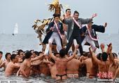 当地时间1月17日,日本藤泽市举行冬日成人祭典活动,众人赤裸身体抬着浮动神龛冲入海中。这项年度活动一...