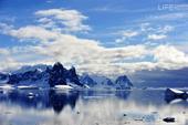 在南极的冰雪世界里航行,每天都有新奇的景象,让我们惊喜和赞叹。拉美尔水道(LAMAIRE CHANN...