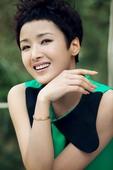 """搜狐娱乐讯 近日在2012《舞林大会》摘得影后桂冠的实力女星黄曼,曝光一组户外春意写真。被封""""拉丁舞..."""