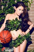 人气女星、奥运宣传大使孙敬媛拍摄了一组篮球写真,向来提倡环保的她全身只用绿叶遮挡,怀抱篮球助威伦敦奥...