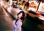 北京时间5月22日当晚,在大洋彼岸的拉斯维加斯街头,惊现一只活脱似少女的张靓颖。白天刚刚参加完bil...