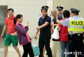 高清:徐根宝与前国脚寒暄 女警合影东亚柏阿姨