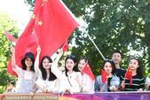 高清:田径世锦赛 美女举国旗为中国队加油助威