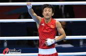 高清图:男子拳击邹市明晋级 高举手臂庆祝胜利