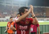 高清:恒大众将赛后谢场 队长郑智领衔致意球迷