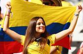 高清图:哥伦比亚两球领先希腊 美女球迷很高兴