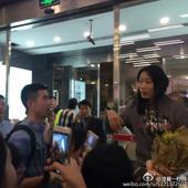 朱婷回国机场受热捧 与球迷合影:我回来了(图)