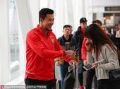 高清:恒大出征足协杯 张琳芃热情签名笑容自信