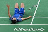 高清图:羽球女单半决赛 李雪芮膝盖受伤憾出局
