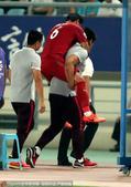 高清:蔡慧康比赛拼抢受伤 被担架抬下背离球场
