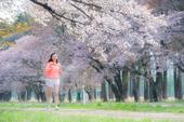 """5月10日,搜狐新闻马拉松第八季在日本北海道开跑。陈妍希跑完5公里赛程,""""小龙女""""在樱花下奔跑的场景..."""